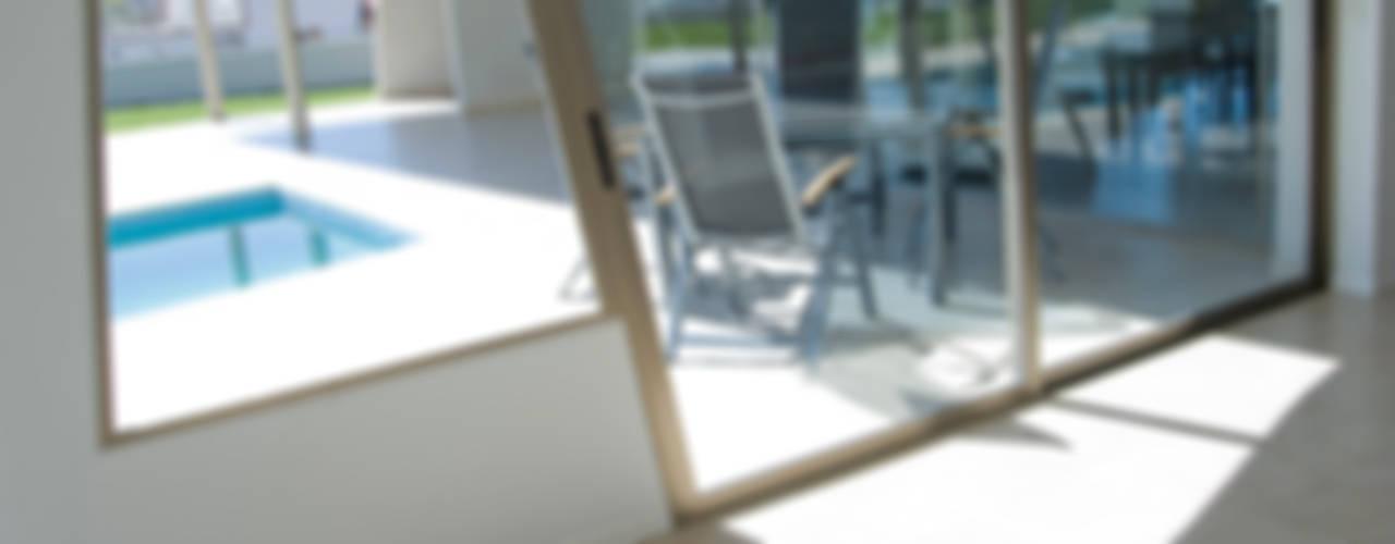 CASA CRA Puertas y ventanas modernas de Poggi Schmit Arquitectura Moderno