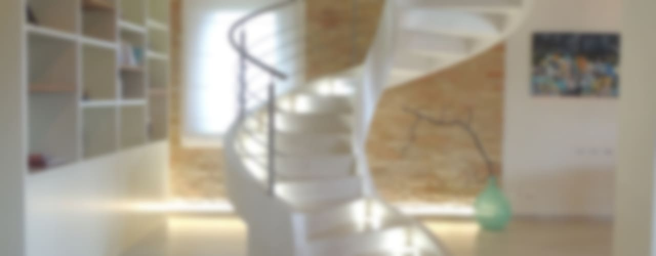 Abitazione ristrutturata in stile rustico/moderno Nadia Moretti Ingresso, Corridoio & Scale in stile moderno