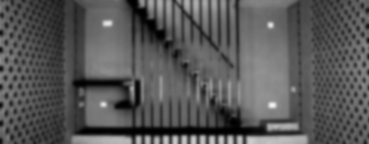 Living Room Staircase:  Corridor & hallway by BETWEENLINES