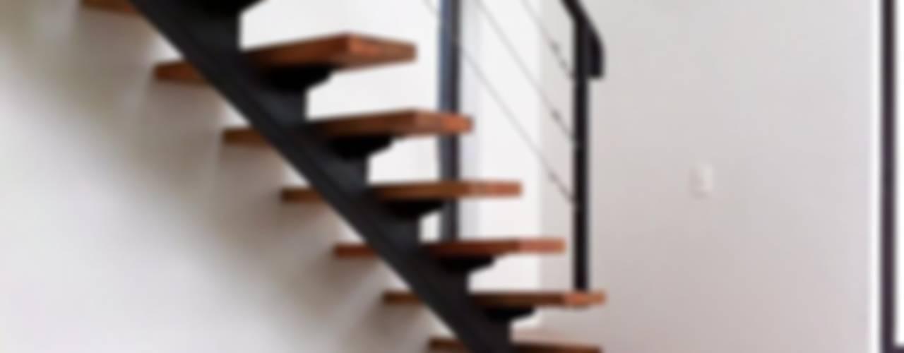 Casa Limonares Landeros y Charles Arquitectos, Chile: Pasillos y recibidores de estilo  por Landeros & Charles Architects