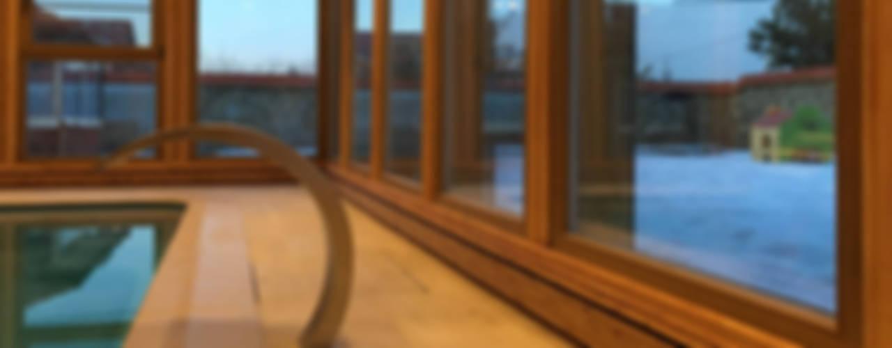 Плинтусная система Perimeter в доме с бассейном: Бассейн в . Автор – Carnot, Минимализм
