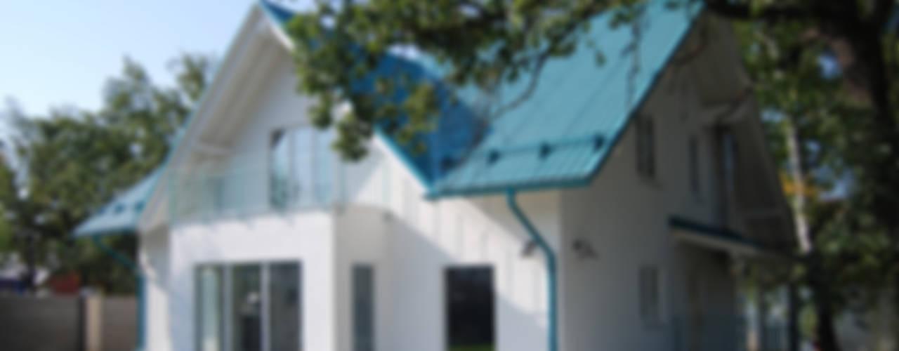 Лазурный коттедж в поселке Горелый хутор Дома в стиле минимализм от Студия архитектуры и дизайна Вояджи Дарьи Минимализм