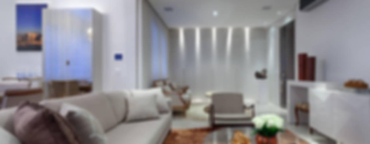 Apartamento 212m ² Salas de estar clássicas por Emmanuelle Eduardo Arquitetura e Interiores Clássico