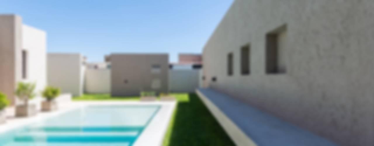 Piscina moderna di KARLEN + CLEMENTE ARQUITECTOS Moderno