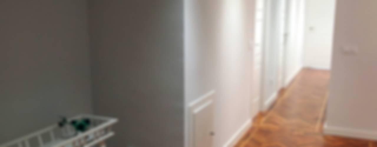 Reforma integral de piso en barrio de la Paz Pasillos, vestíbulos y escaleras de estilo moderno de Reformmia Moderno