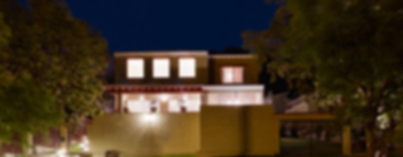 Projekty,  Domy zaprojektowane przez Excelencia en Diseño, Kolonialny