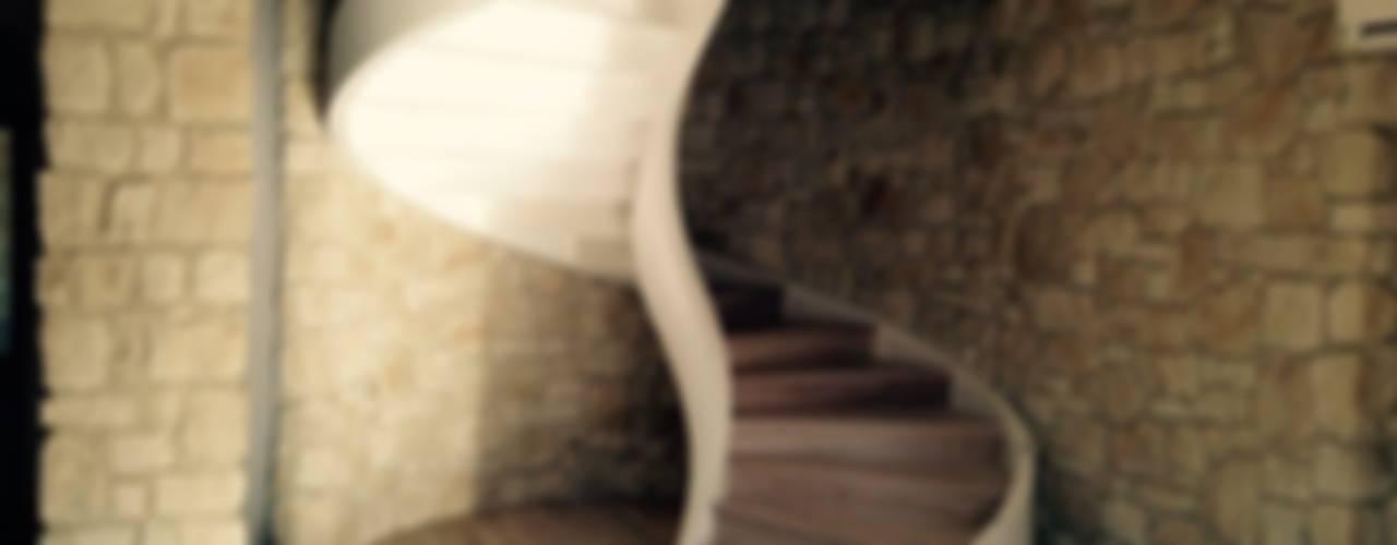 SCALE ELICOIDALI IN CEMENTO ARMATO: Spazi commerciali in stile  di L'Elicoidale s.n.c. di Zandonà R. e Zandonà M., Moderno