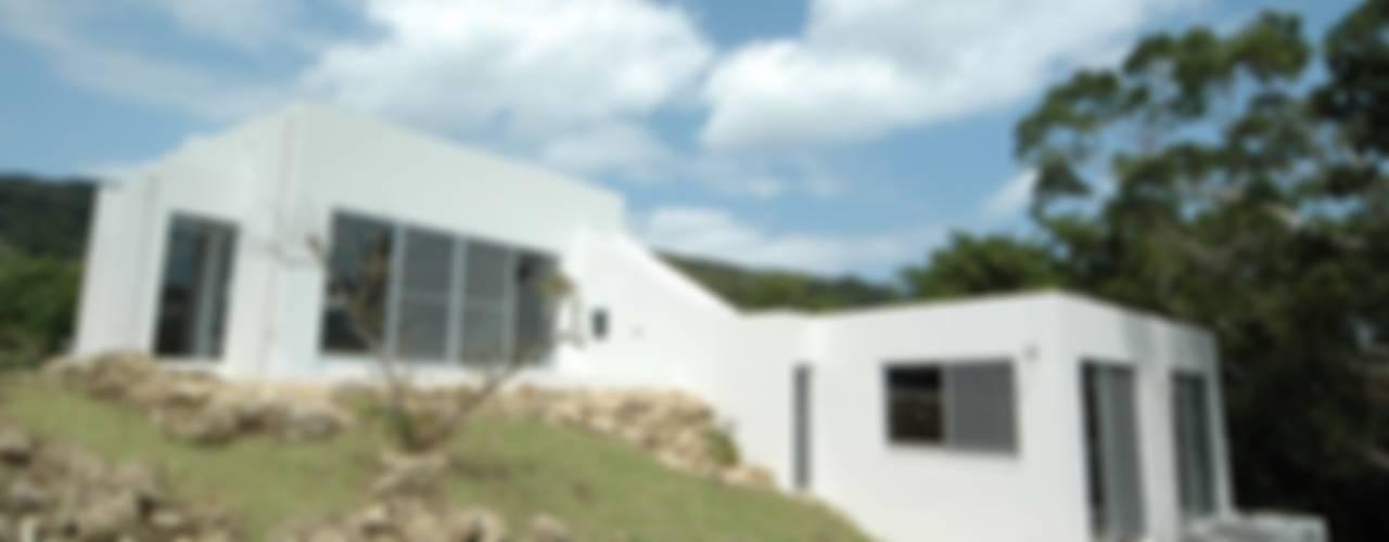 海と山を望む家: 仁設計が手掛けたアジア人です。,和風