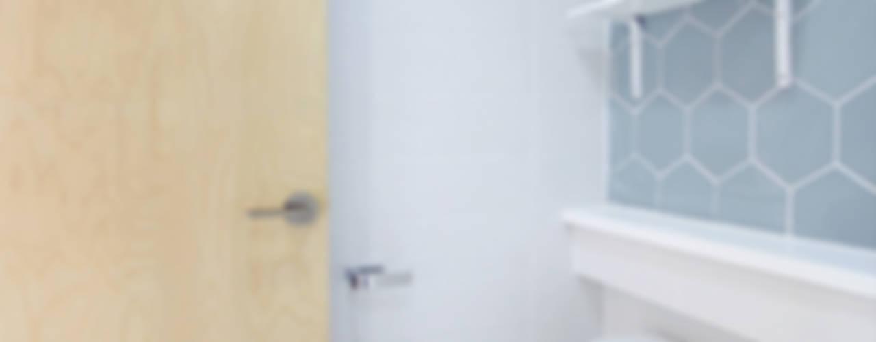 Minimalist style bathroom by 로하디자인 Minimalist
