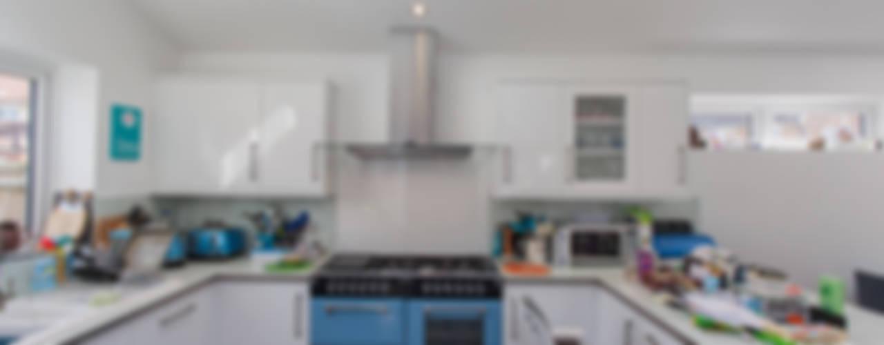 Stonechat close:  Kitchen by Hampshire Design Consultancy Ltd.,