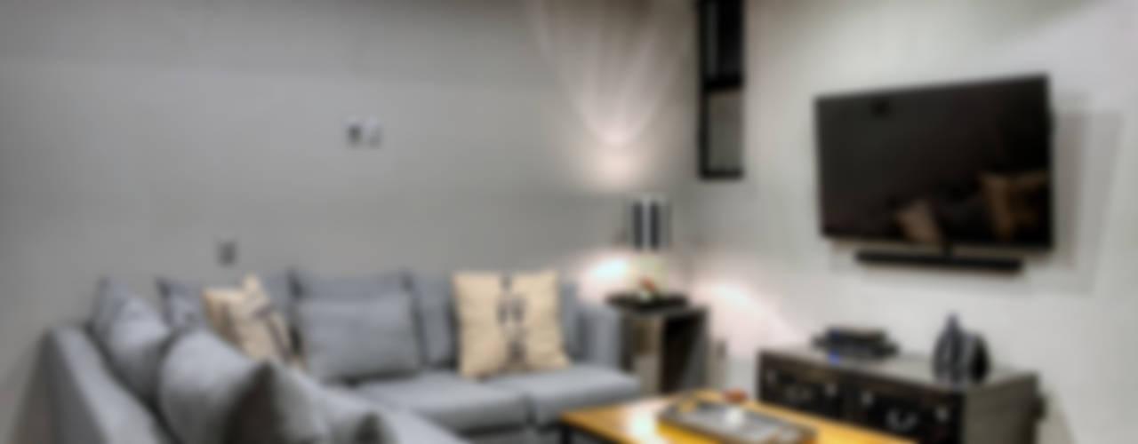 Sala tv: Salas multimedia de estilo industrial por Con Contenedores S.A. de C.V.