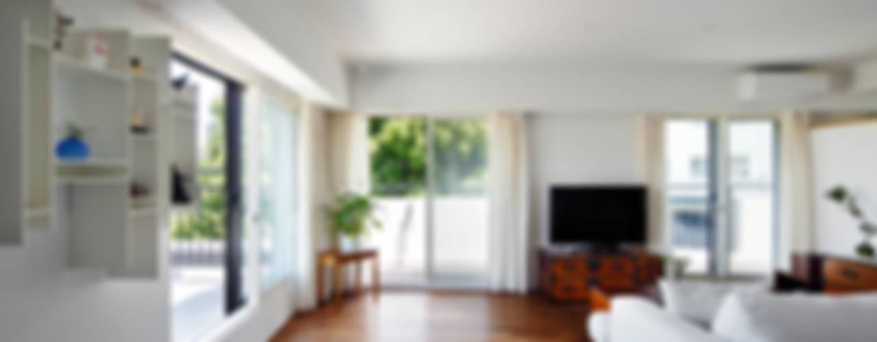 Living room by 向山建築設計事務所, Modern