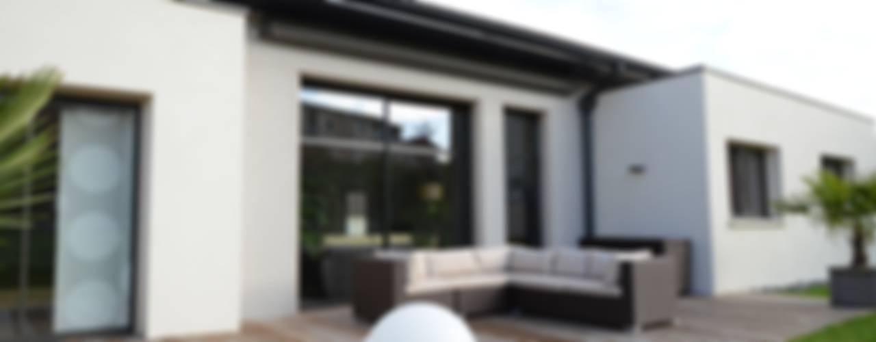 Balcone, Veranda & Terrazza in stile moderno di Pierre Bernard Création Moderno