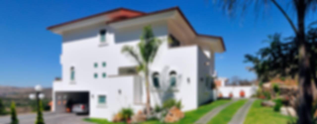 la fachada lateral: Casas de estilo  por Excelencia en Diseño