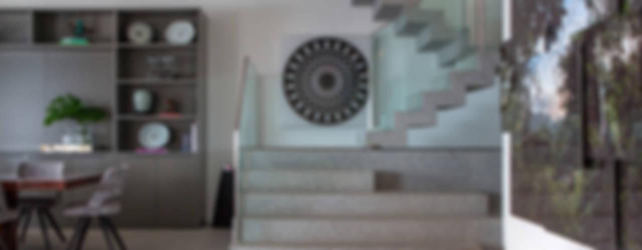Couloir, entrée, escaliers modernes par Gisele Taranto Arquitetura Moderne