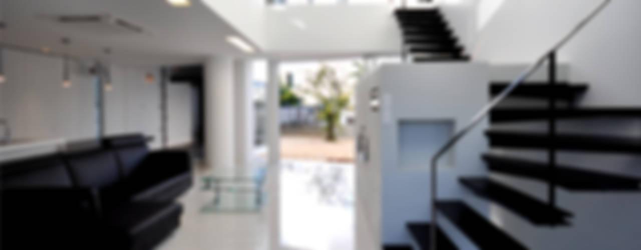 Pasillos, vestíbulos y escaleras modernos de 門一級建築士事務所 Moderno