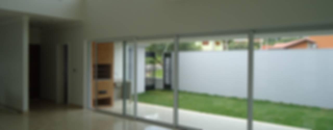 Modern Corridor, Hallway and Staircase by Lozí - Projeto e Obra Modern
