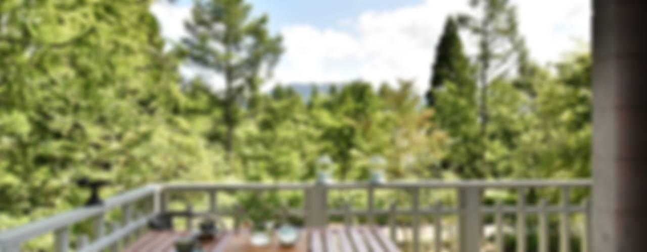 Sen's Photographyたてもの写真工房すえひろ Country style balcony, porch & terrace