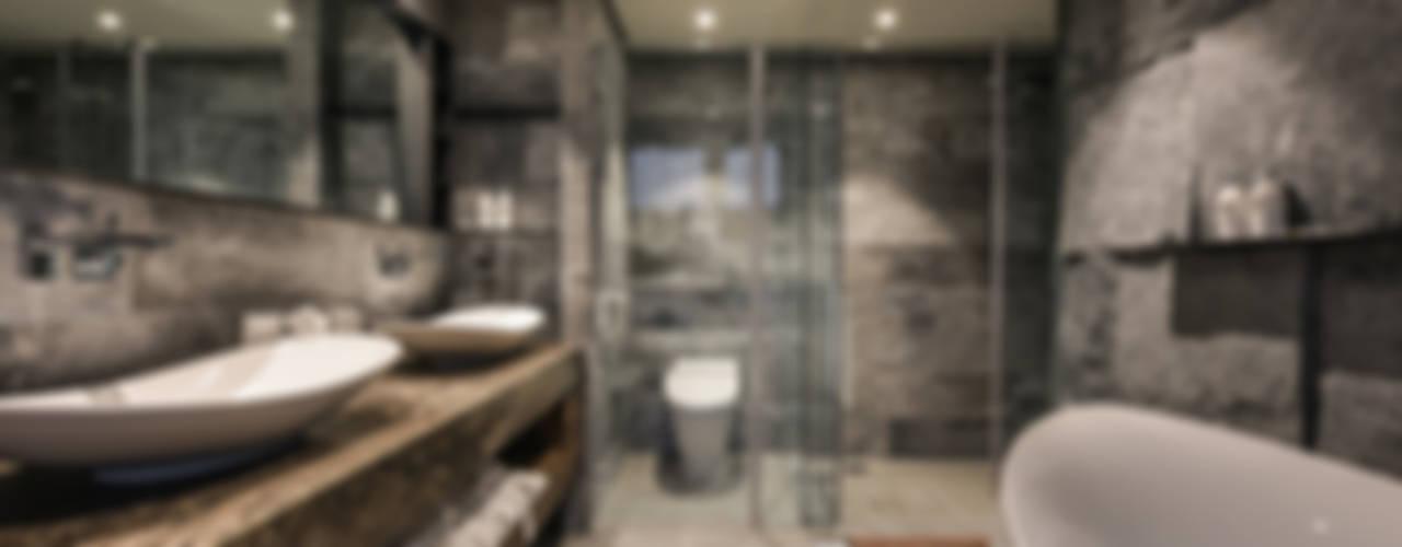 Bathroom by CJ INTERIOR 長景國際設計