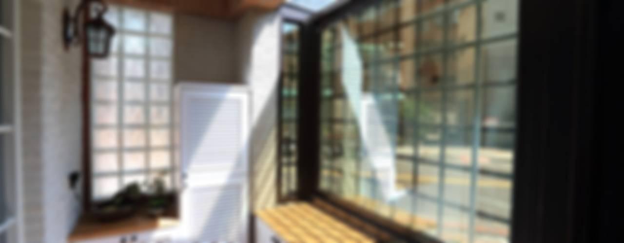 彩色繽紛居:  走廊 & 玄關 by 微自然室內裝修設計有限公司