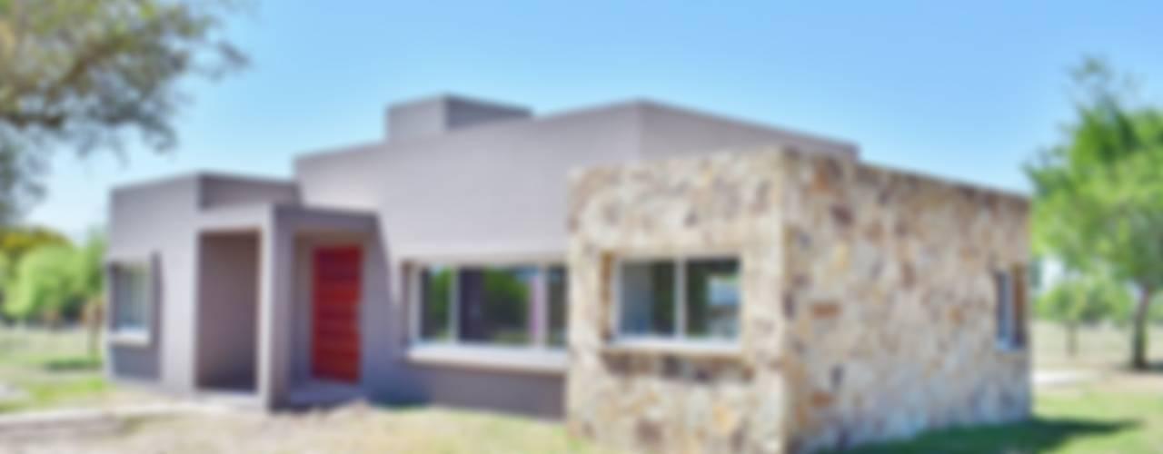 Projekty, nowoczesne Domy zaprojektowane przez Carlos Iriarte arquitectura