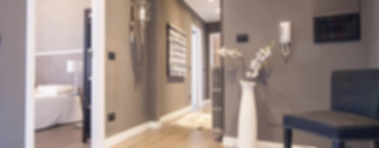 Pasillos, vestíbulos y escaleras modernos de DemianStagingDesign Moderno