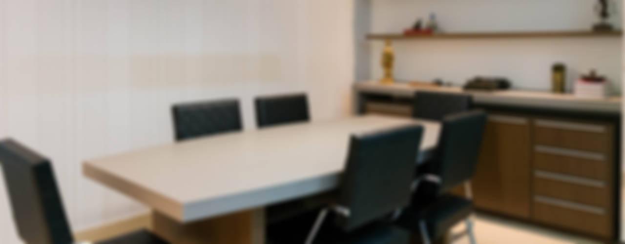 Sala de reunião: Lojas e imóveis comerciais  por AT arquitetos