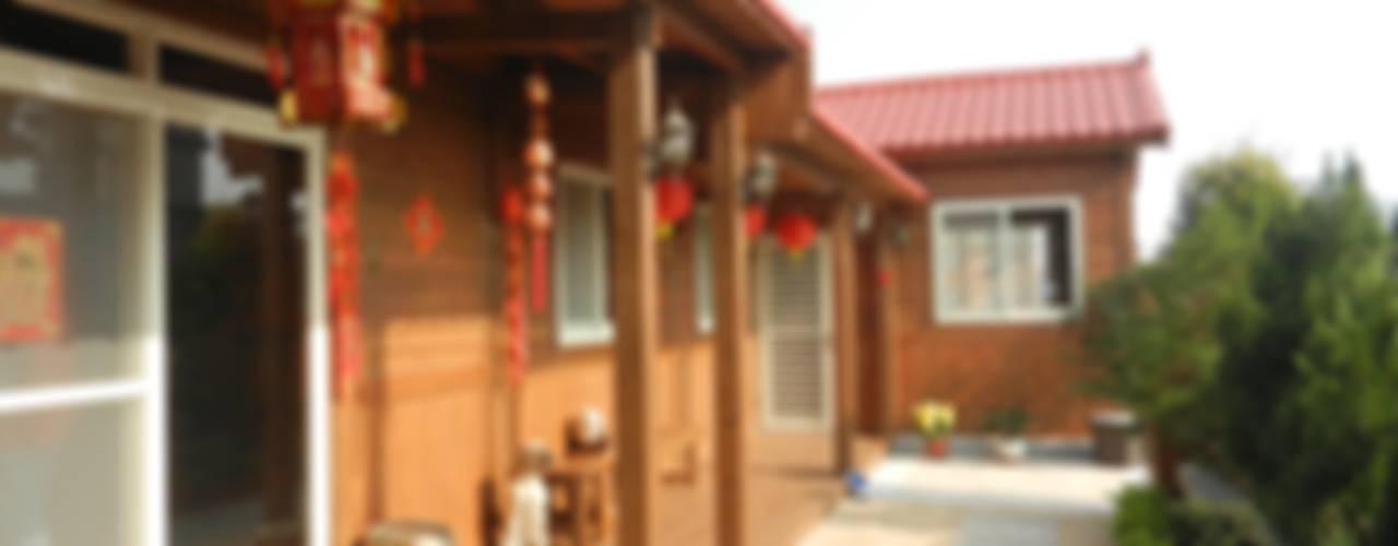 Pasillos, vestíbulos y escaleras de estilo rústico de 山田小草木作場 Rústico