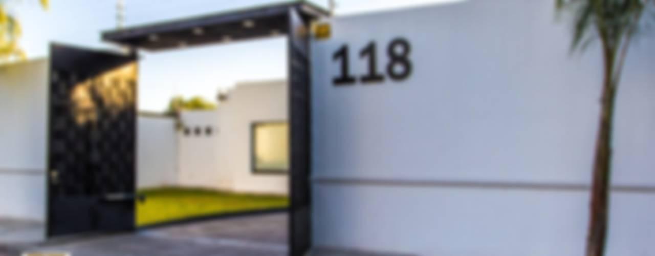 FACHADA: Casas de estilo minimalista por Arq. Beatriz Gómez G.