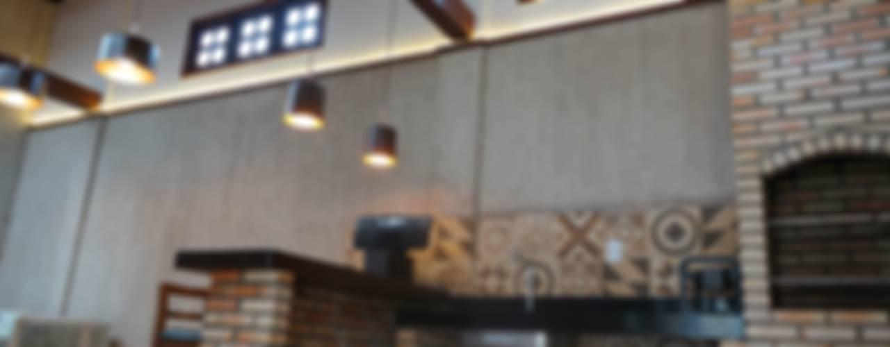 Garajes de estilo rústico de Reinaldo Pampolha Arquitetura Rústico