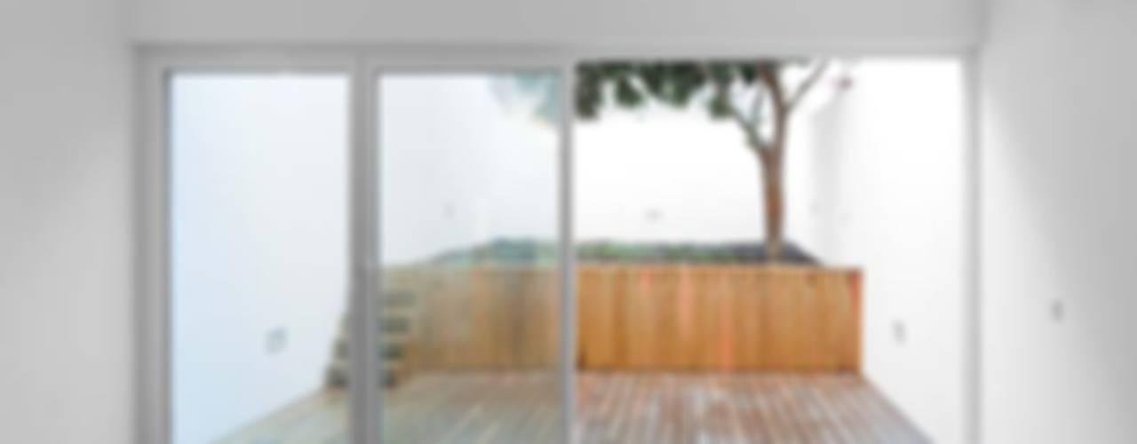 غرفة المعيشة تنفيذ Tiago Filipe Santos - Arquitetura , تبسيطي