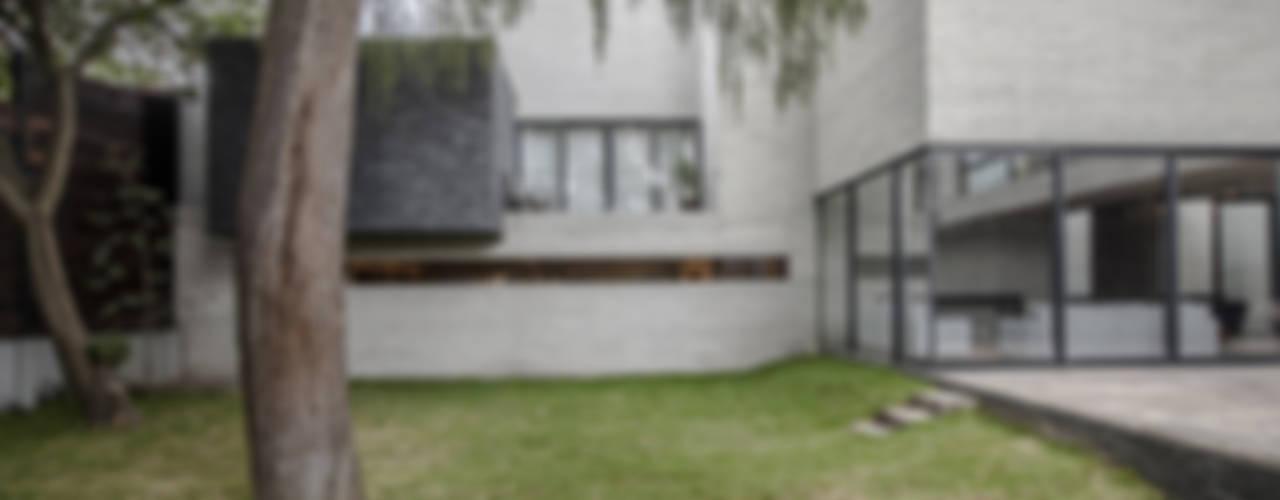 Case moderne di Miguel de la Torre Arquitectos Moderno