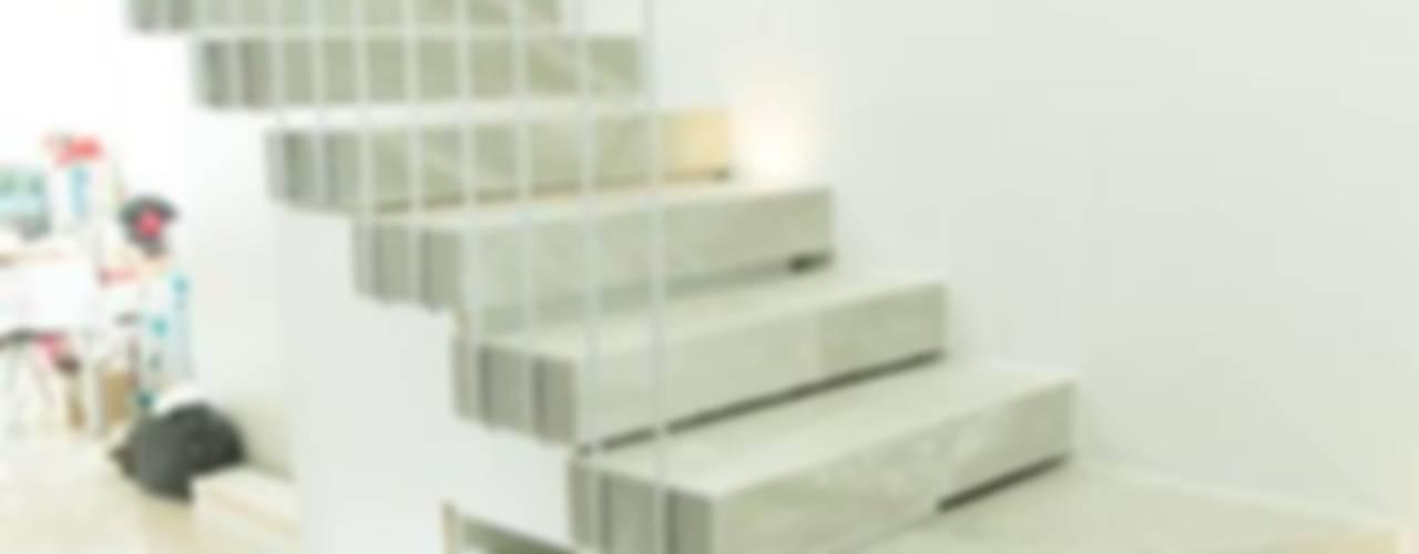 ESCALERA: Pasillos y recibidores de estilo  por GUECO + diseño + arquitectura + construccion