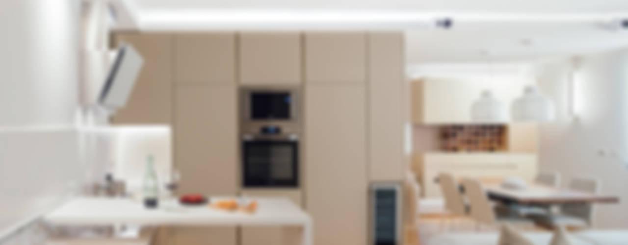 cucina e piano scorrevole: Cucina in stile  di manuarino architettura design comunicazione