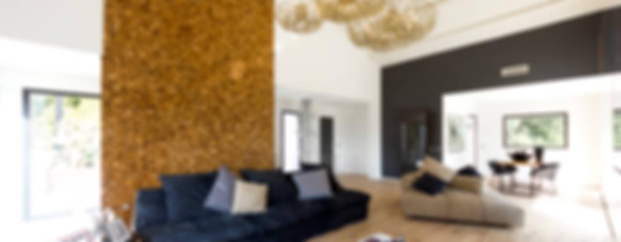 Ristrutturazione soggiorno di villa a Cannes, Costa Azzurra: Soggiorno in stile  di MBquadro Architetti