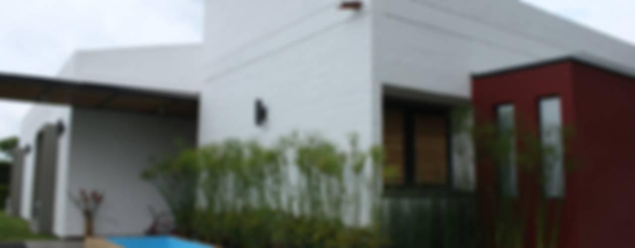 Casas de estilo  por ACUATTRO ARQUITECTURA