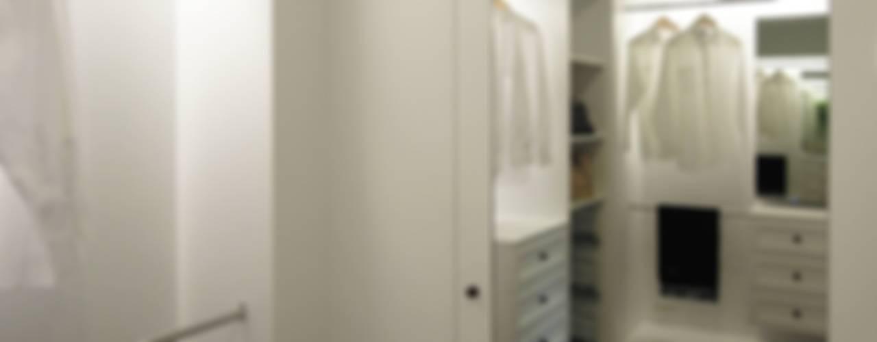 Vestidores y closets de estilo  por 構築設計