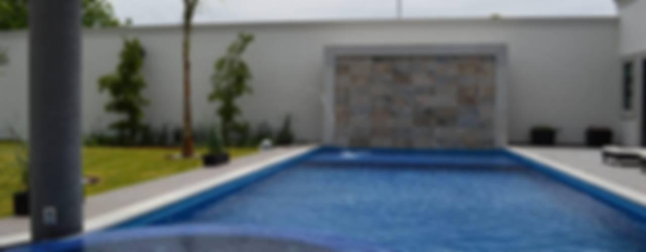 Casa de Campo: Albercas de estilo  por Álzar