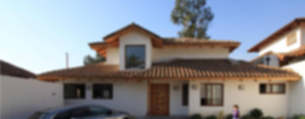 Casas de estilo colonial por Carvallo & Asociados Arquitectos