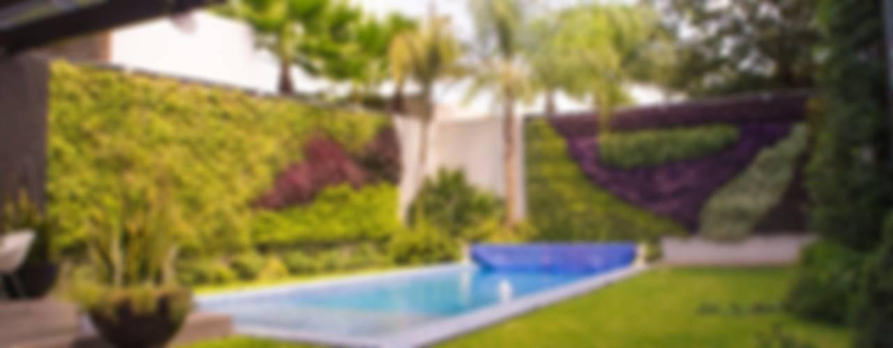 """Jardín Vertical """"Cromosomas"""": Jardines de estilo  por MÁS HÁBITAT"""