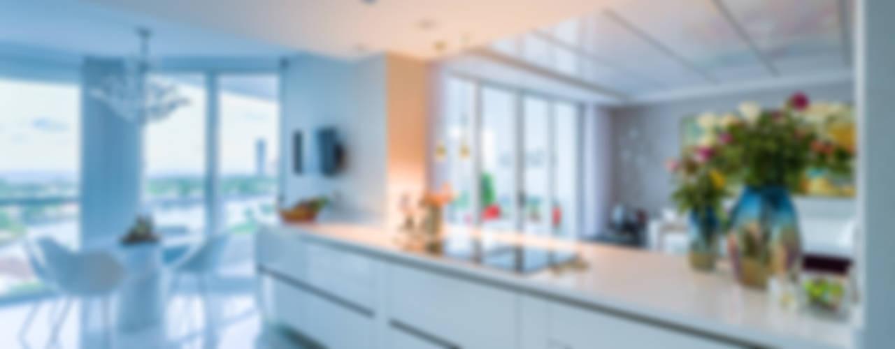 E-06: Cocinas de estilo moderno por NIVEL TRES ARQUITECTURA