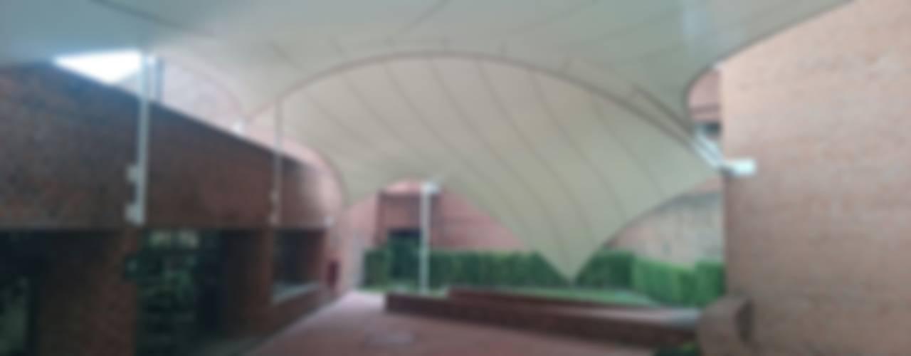 Velaria en Universidad: Pasillos y recibidores de estilo  por Materia Viva S.A. de C.V.