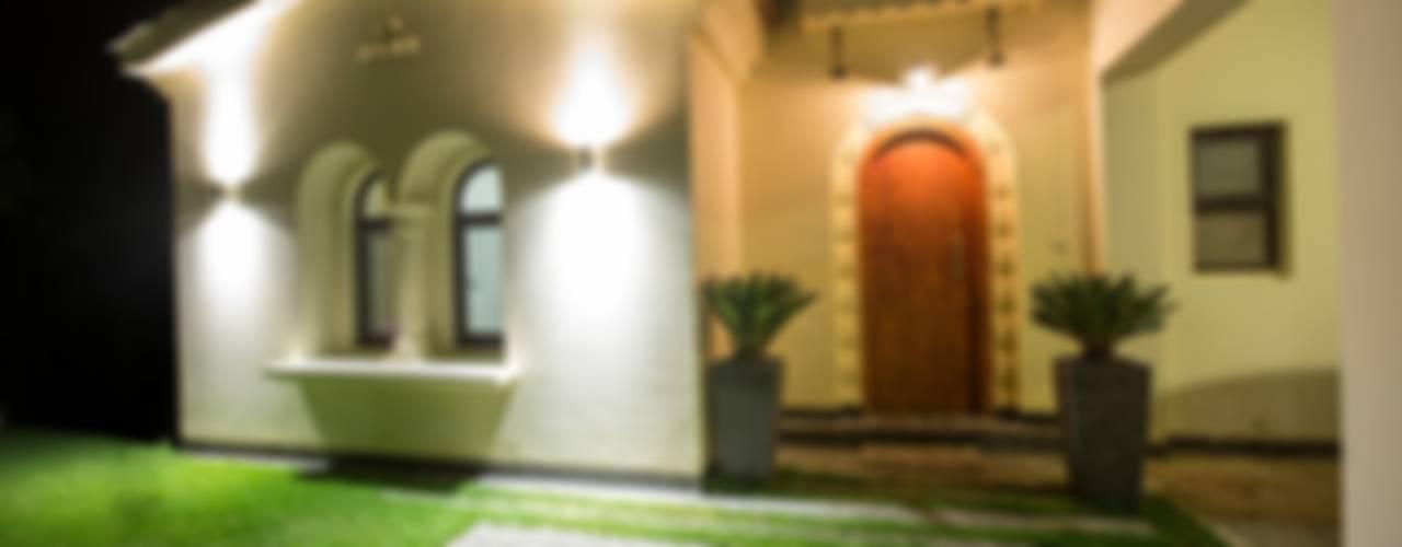 Villas de estilo  por Grid Fine Finishes