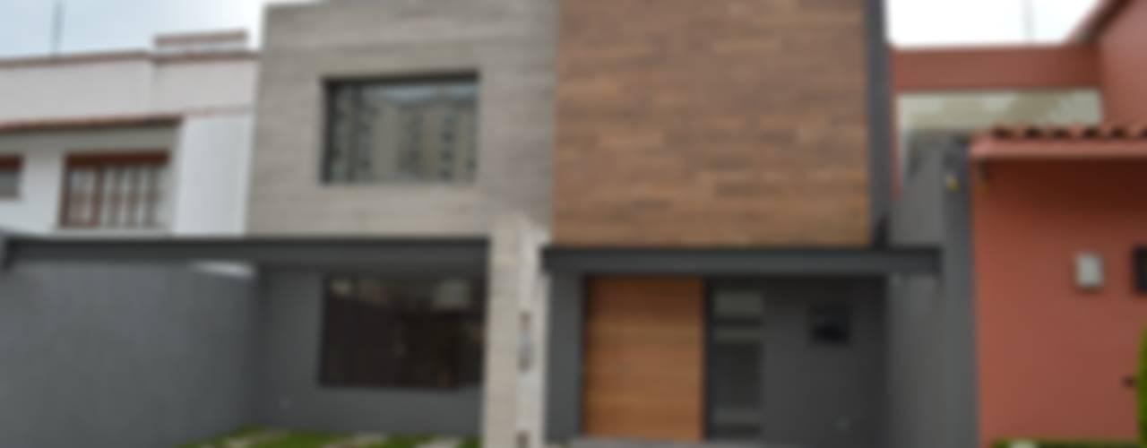 Fachada principal: Casas de estilo moderno por Revah Arqs