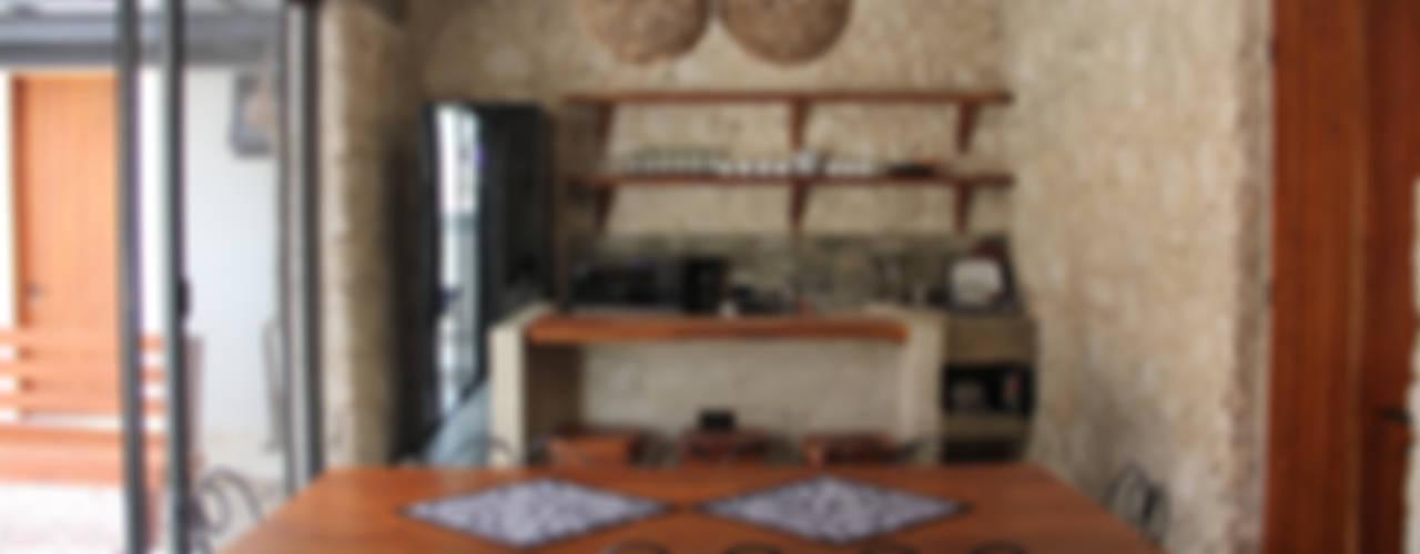 Villa Cherie: Cocinas de estilo rústico por CO-TA ARQUITECTURA