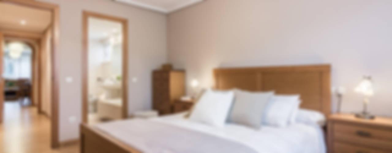 Camera da letto in stile in stile Moderno di CCVO Design and Staging