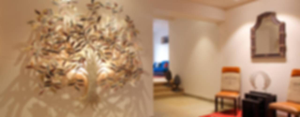 Hakuna Matata:  Corridor & hallway by Mahesh Punjabi Associates