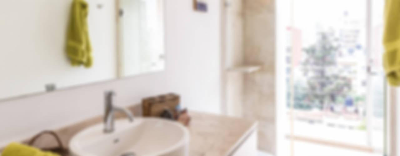 Baño con vista: Baños de estilo  por Foto Property