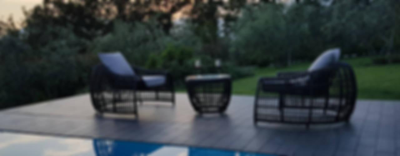 Poltrona di design in fibra tonda per arredo giardino e bordo piscina:  in stile  di Uniko