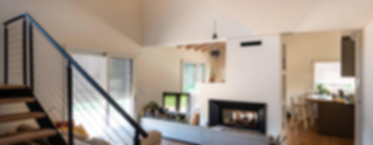 Un interno caldo ed accogliente: Soggiorno in stile in stile Classico di Woodbau Srl